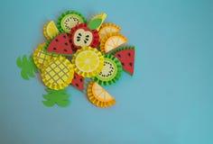 Плодоовощи сделанные от бумаги на голубой предпосылке Ананас, апельсин, лимон, арбуз, киви, яблоко Стоковое Фото