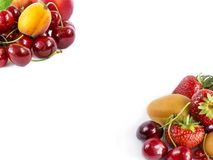плодоовощи ягод предпосылки изолировали белизну Зрелые вишни, клубники и абрикосы Сладостные и сочные плодоовощи на границе im Стоковые Изображения