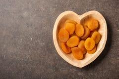 Плодоовощ высушенного абрикоса в шаре сердца форменном Стоковые Изображения RF
