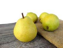 Плодоовощ груши готовый для представления на деревянном поле Стоковая Фотография