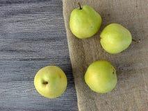 Плодоовощ груши готовый для представления на деревянном поле Стоковое фото RF