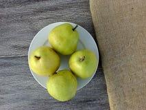 Плодоовощ груши готовый для представления на деревянном поле Стоковые Изображения