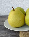 Плодоовощ груши готовый для представления на деревянном поле Стоковые Фото