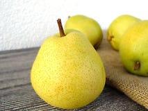 Плодоовощ груши готовый для представления на деревянном поле Стоковая Фотография RF