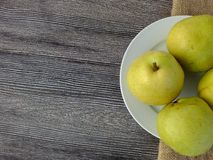 Плодоовощ груши готовый для представления на деревянном поле Стоковое Изображение