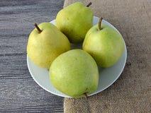 Плодоовощ груши готовый для представления на деревянном поле Стоковые Изображения RF