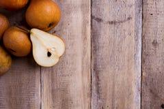 Плодоовощ груши на древесине Стоковые Изображения RF