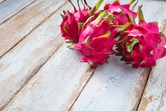 Плодоовощ дракона на деревянной таблице стоковая фотография rf