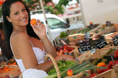 Плодоовощ женщины покупая стоковые фото