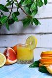 Плодоовощ и сок на таблице стоковая фотография rf