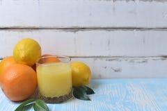 Плодоовощ и сок на таблице Стоковое фото RF