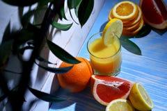 Плодоовощ и сок на таблице Стоковое Изображение RF