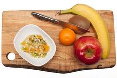 Плодоовощ и фруктовый салат на разделочной доске Стоковая Фотография