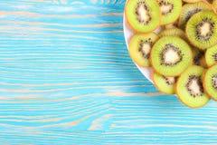 Плодоовощ кивиа на голубой деревянной предпосылке Стоковое фото RF