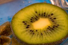 Плодоовощ кивиа отрезан и помещен в чашке воды соды, конца-вверх зеленого плодоовощ Стоковое фото RF