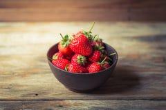 Плодоовощ клубники в деревянной чашке Стоковые Фотографии RF