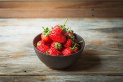 Плодоовощ клубники в деревянной чашке Стоковое Изображение RF