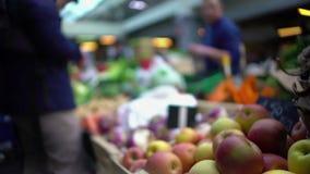 Плодоовощ людей покупая на местном продовольственном рынке, здоровой еде, сезонных покупках сток-видео