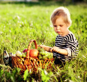 плодоовощ мальчика корзины немногая Стоковое Изображение