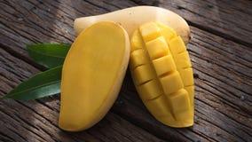 Плодоовощ манго на старом деревянном столе Стоковая Фотография