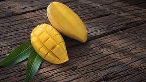 Плодоовощ манго на старом деревянном столе Стоковые Фото