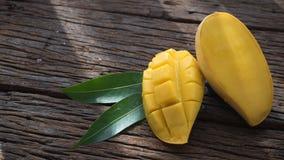 Плодоовощ манго на старом деревянном столе Стоковое фото RF