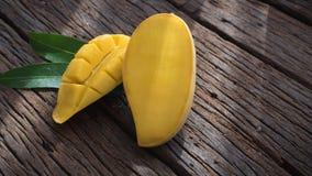 Плодоовощ манго на старом деревянном столе Стоковое Изображение RF
