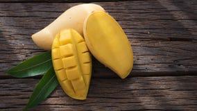 Плодоовощ манго на старом деревянном столе Стоковые Фотографии RF