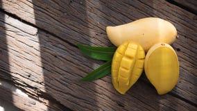 Плодоовощ манго на старом деревянном столе Стоковые Изображения RF