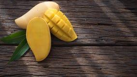 Плодоовощ манго на старом деревянном столе Стоковое Изображение