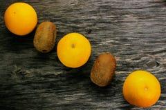 Плодоовощ мандарина и кивиа на деревянном столе Стоковая Фотография RF