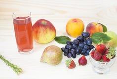 Плодоовощ падения осени яблоки, груши, голубые виноградины, персики и сок Стоковые Фотографии RF