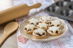 Плодоовощ рождества семенит пироги на плите Стоковые Фотографии RF