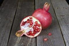 Плодоовощ Pomegranate венисы 2 на деревянной таблице Стоковое Изображение RF