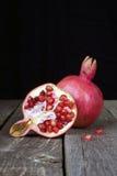 Плодоовощ Pomegranate венисы 2 на деревянной таблице Стоковое Фото