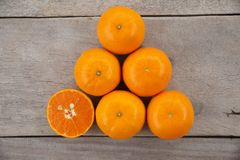 Плоды взгляда сверху свежие оранжевые на деревянном столе стоковые фото