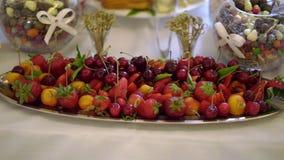 Плоды и ягоды на плите акции видеоматериалы