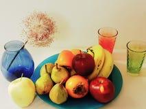Плоды на натюрморте плиты, искусстве фото груш бананов aplle стоковые фото