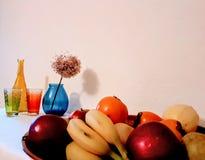 Плоды на плите со стеклом, натюрмортом вазы, яблоками, бананами, грушами, искусством фото стоковые изображения