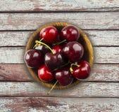 Плод вишни в деревянном шаре Вишни с космосом экземпляра для текста Взгляд сверху Предпосылка вишен стоковые фото