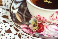 Плод шиповника чая Питье витамина травяное Чашка чая розового бедра плодоовощ и высушенных плодоовощей одичалого подняла на детал Стоковые Изображения