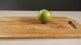 Плод яблока замедленного движения падая зеленый на варить таблицу и отскакивать конец вверх видеоматериал