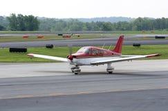 плоская красная белизна взлётно-посадочная дорожки Стоковые Фотографии RF