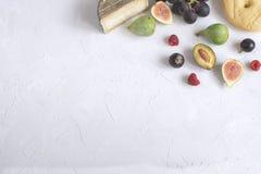 Плоская поленика сыра сливы виноградины смоквы закуски вина kay итальянская стоковое фото rf
