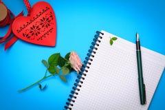 Плоская сцена положения: подготовьте к письму валентинки Стоковые Фото
