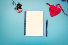 Плоская сцена положения: подготовьте к письму валентинки Стоковая Фотография RF