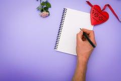 Плоская сцена положения: подготовьте к письму валентинки Стоковые Фотографии RF