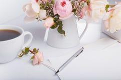 Плоская съемка положения письма и белого конверта на белой предпосылке с розовым английским языком подняла Карточки или любовное  Стоковые Изображения RF