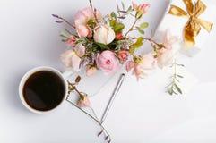 Плоская съемка положения письма и белого конверта на белой предпосылке с розовым английским языком подняла Карточки или любовное  Стоковая Фотография RF