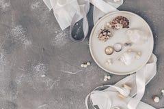 Плоские обручальные кольца на раковине, украшения положения концепции свадьбы моря, символы свадьбы стоковые фото